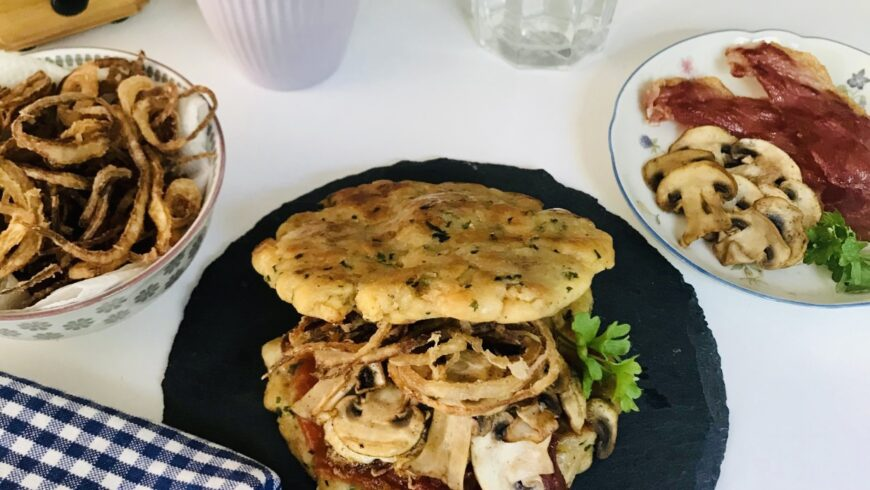 Käspressknödel-Frühstücks-Burger